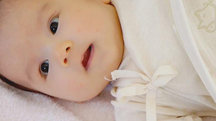 横向きで追視をする赤ちゃん