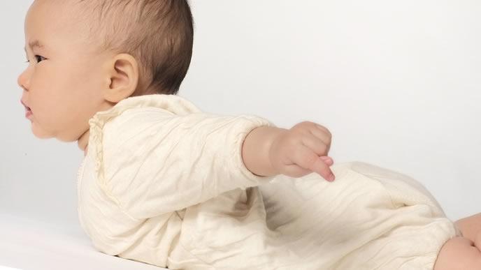 一生懸命起き上がろうとする赤ちゃん