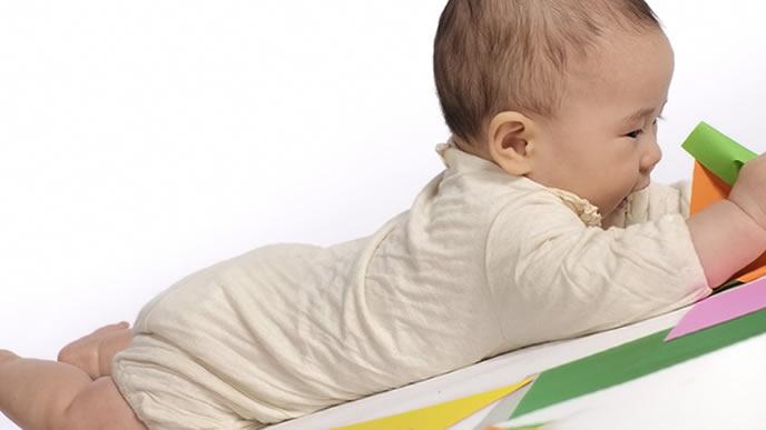 伸びて寝返りしそうな赤ちゃん