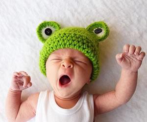 耳を目に見立てたカエルさんの帽子