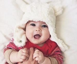 赤ちゃんに良く似合うあごで止めるタイプの耳付き帽子