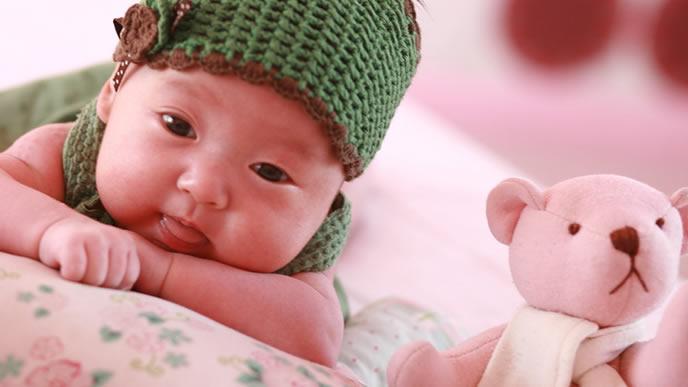 自分が使うベビーベッドを吟味する赤ちゃん