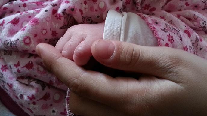 赤ちゃんの突発性発疹が心配なママの手