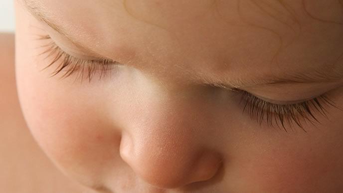 百日咳に罹り苦しそうにしている赤ちゃん