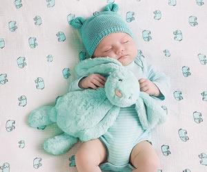 赤ちゃんらしいエメラルドグリーンのロンパース