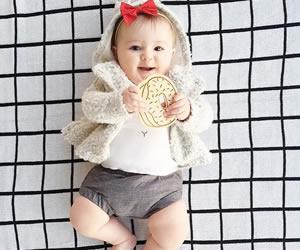 ファー素材のパーカーを着こなすオシャレ赤ちゃん