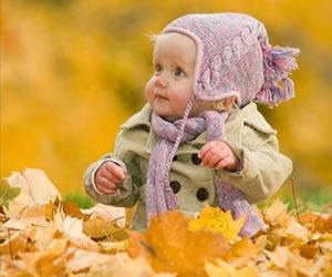 秋らしい赤ちゃんのチェスターコート