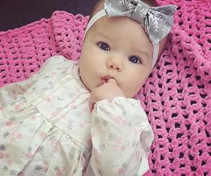 シックなリボンのヘアバンドが似合う赤ちゃん