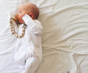 前開きで赤ちゃんのお世話がしやすいカバーオール