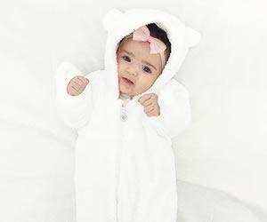 赤ちゃんに良く似合う真っ白な着ぐるみ