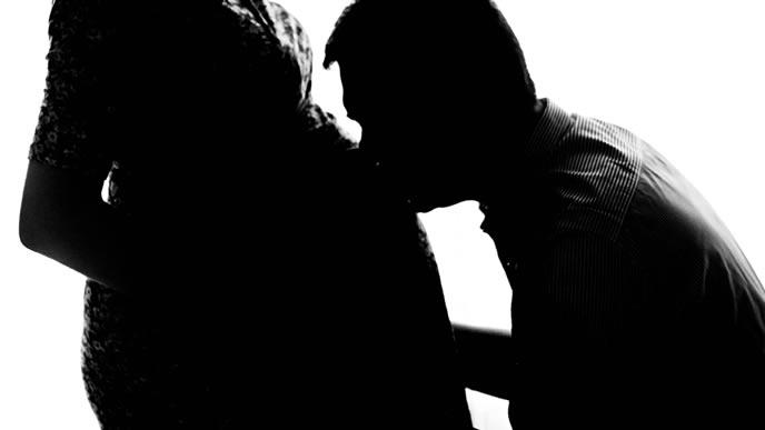 出生前診断の診断結果が出て決断を迫られる夫婦