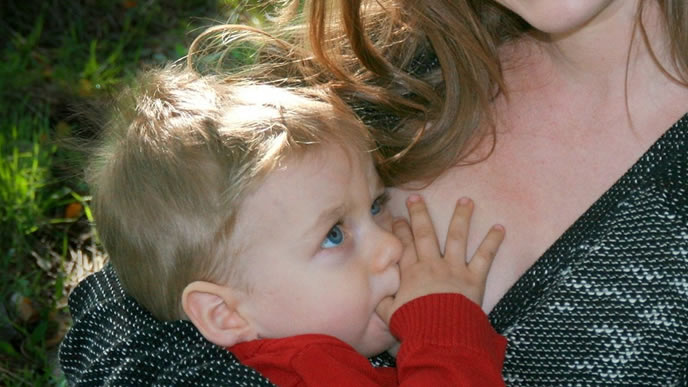 母親におっぱいを求める甘えん坊の赤ちゃん