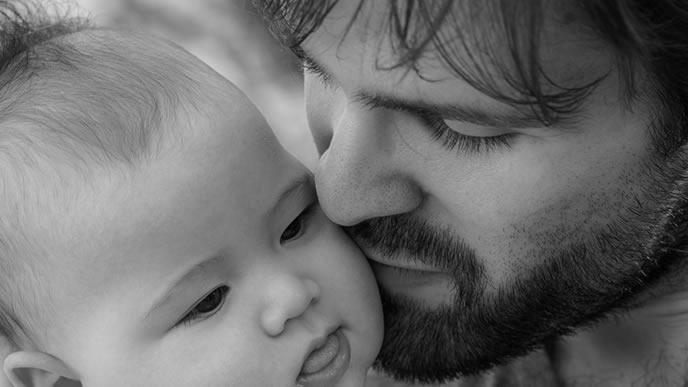 生後1ヶ月の赤ちゃんを外出させる父親