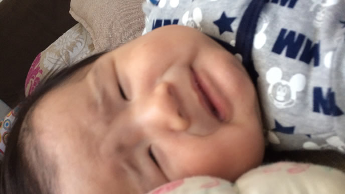 まだ首がすわらずぐずる赤ちゃん