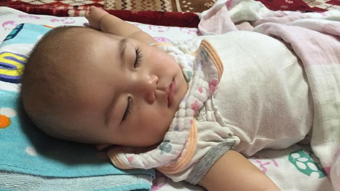 寝返り練習で疲れた赤ちゃん