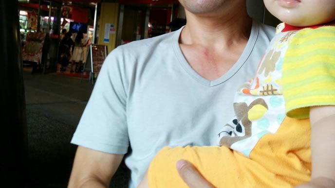 おでかけ先で大好きなパパに抱っこしてもらう赤ちゃん