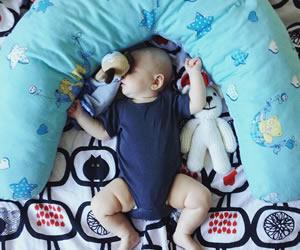 ベッドの上で豪快な寝姿を披露する赤ちゃん