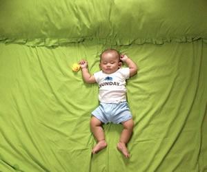 添い寝のひよこも可愛いバンザイ寝の赤ちゃん