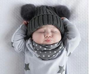 耳付き帽子で困り顔をする表情豊かな赤ちゃん