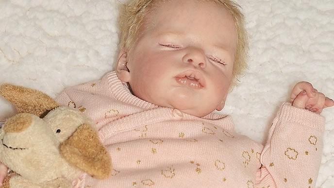 天使のようなバンザイ寝の赤ちゃん