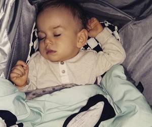 バンザイ寝がクセになっている赤ちゃん