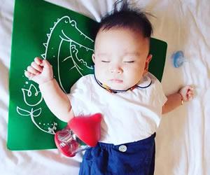 お気に入りのロンパースを着てすやすや眠る赤ちゃん