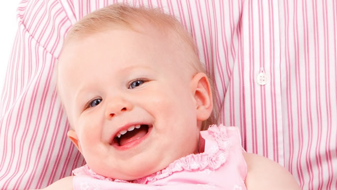 パパ見知りが直り笑顔で抱っこされる赤ちゃん