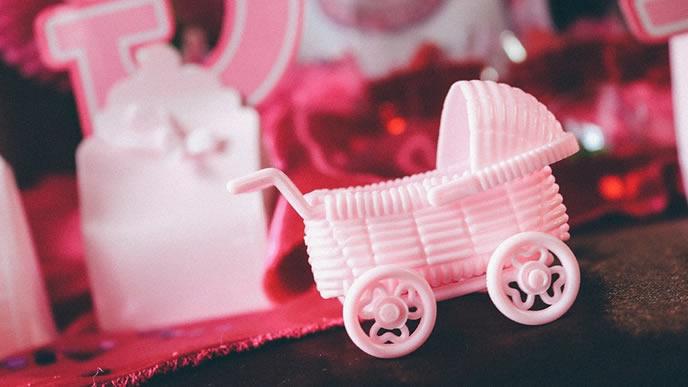 赤ちゃんの妊娠を告げるピンクのベビーカー