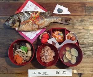 豪華な尾頭付きの魚と御膳