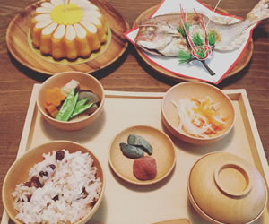 木製の食器が使われた祝いの御膳