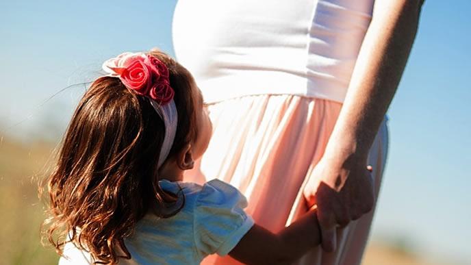 思い出に浸る赤ちゃんと妊婦