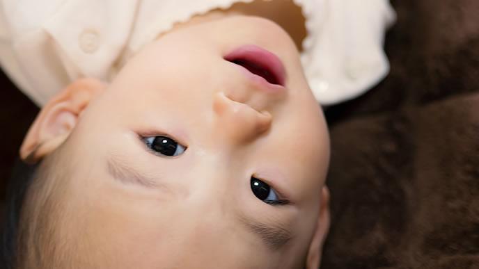 笑顔でハイハイの練習をする赤ちゃん