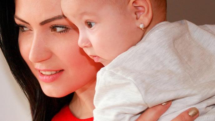赤ちゃんと一緒に成長について考えるママ