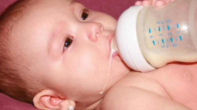 こぼすほどミルクに夢中な赤ちゃん