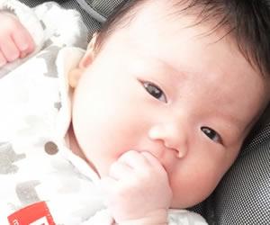 ミルクが飲みたくて目で訴える赤ちゃん