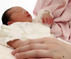 母乳育児で育てられている赤ちゃん
