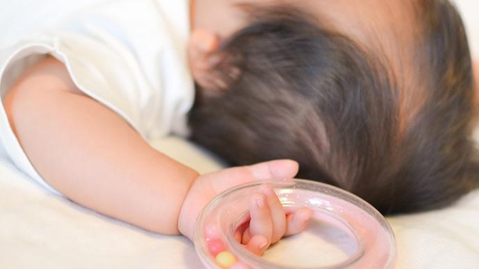 保育所に入れないため自宅で就寝中の赤ちゃん