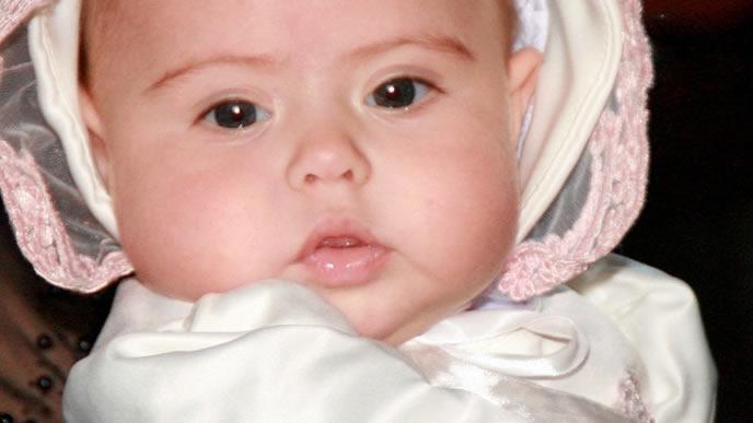 1ヶ月健診に向けておでかけの準備をする赤ちゃん
