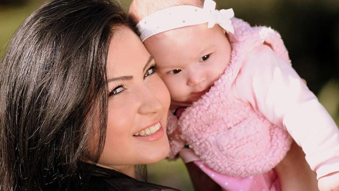 健診で緊張気味な表情を見せる赤ちゃん