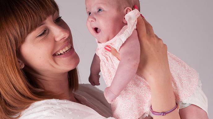 可愛いベビー服で健診に向かう赤ちゃん