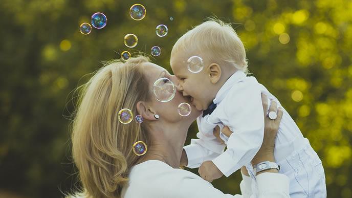 公園でママと一緒に遊ぶ首がすわりかけの赤ちゃん