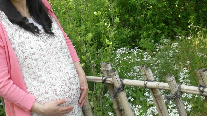 臨月で出産間近の幸せな女性