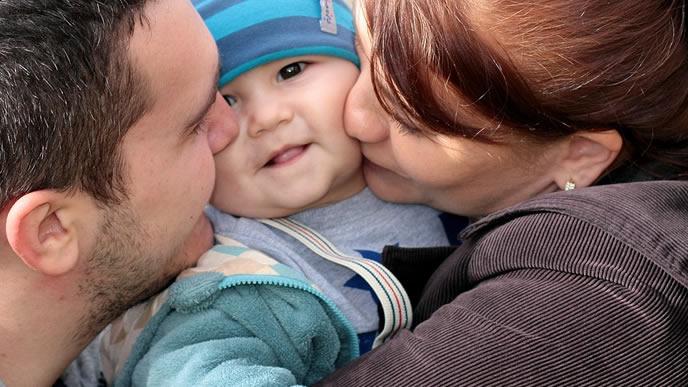 ママとパパに愛される過期産で生まれた赤ちゃん