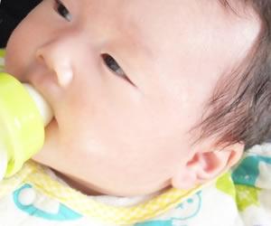 耳鳴りを抑えるためにミルクを飲まされる赤ちゃん