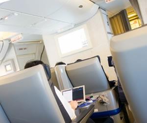 ビジネスマンの乗客が多い平日の機内