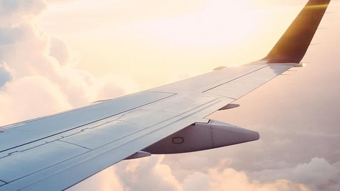 夕暮れどきの飛行機から見える風景
