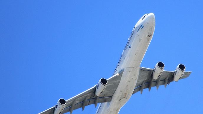 赤ちゃんを乗せてフライトする大型の飛行機
