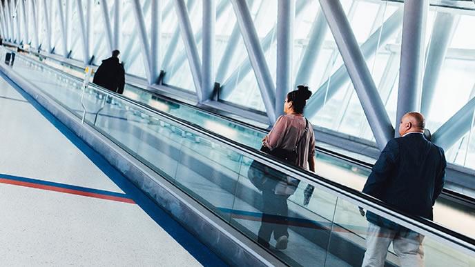 大きな空港を行き来するための自動で動く床