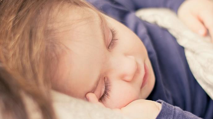 症状が収まりすやすや眠る男の子