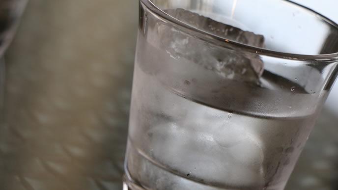 窓際に置かれた氷が入っている水